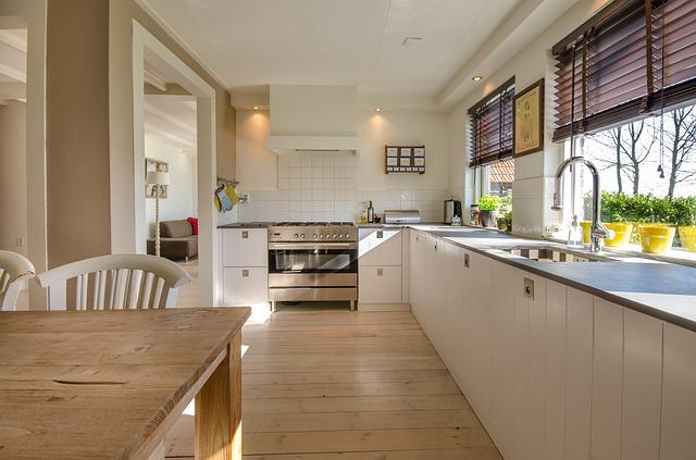Vergilbte Küchenfronten reinigen (4 anwendungsstarke Methoden)